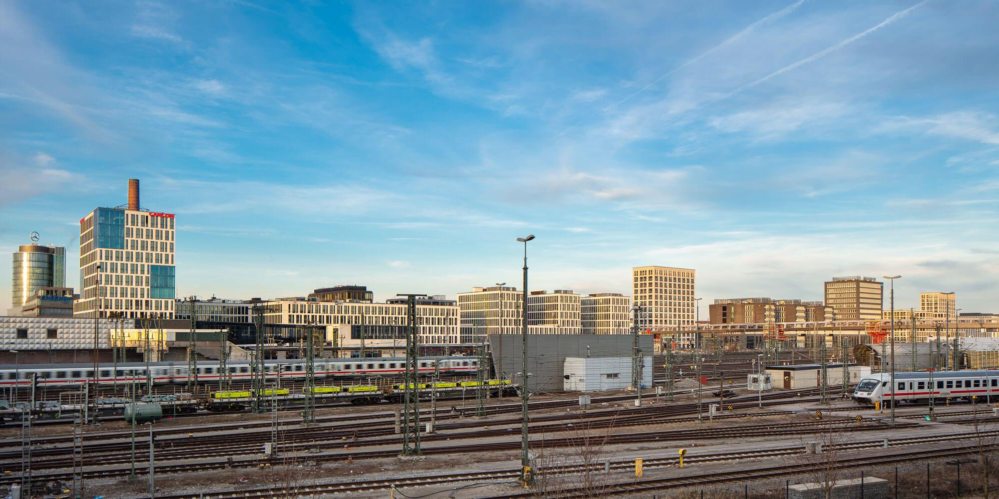 Panoramaaufnahme Arnulfpark von der anderen Bahnseite
